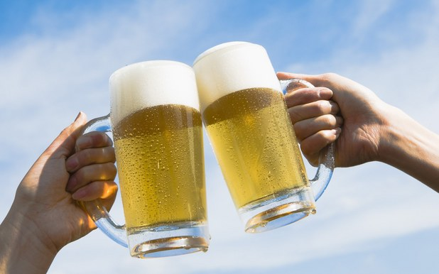 hb043-350a-two-people-toasting-with-beer-against-blue-sky_1920x1200_69139.jpg